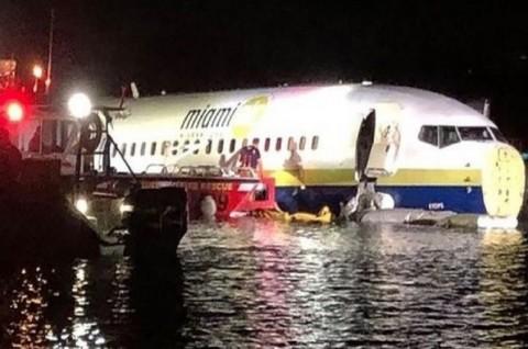 Pesawat Boeing 737 Tergelincir ke Sungai saat Mendarat