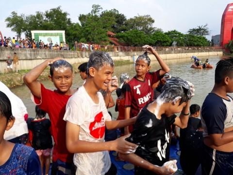 Sambut Ramadan, Ratusan Warga Tangerang Keramas di Sungai