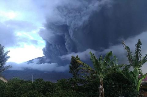 Gunung Sinabung Muntahkan Abu Vulkanik