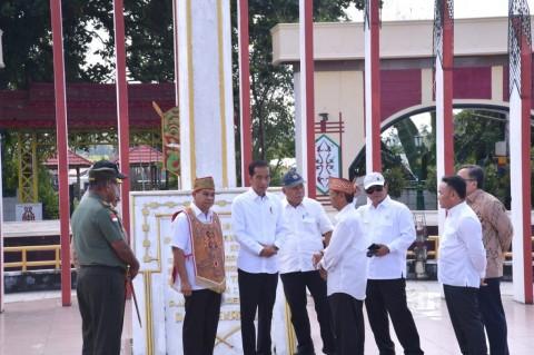 Jokowi Visits Soekarno Monument in Palangkaraya