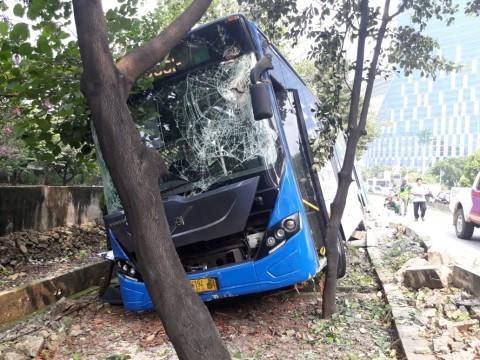 Bus Transjakarta Tabrak Pembatas karena Sopir Mengantuk