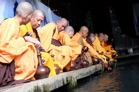 Biksu Ambil Air Suci Waisak di Umbul Jumprit