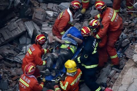 Sepuluh Orang Tewas Tertimpa Bangunan Roboh di Shanghai