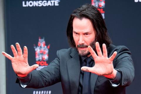 Keanu Reeves Cetak Telapak Tangan dan Kaki di TCL Chinese Theatre