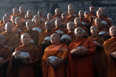 Ratusan Biksu Pindapata di Candi Mendut