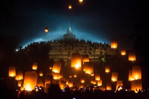 Tri Suci Waisak, Ribuan Lampion Hiasi Langit Borobudur