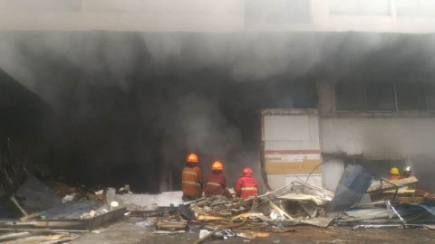 Api di Pasar Kosambi Bandung Belum Padam