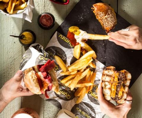Alasan Burger Setengah Matang Lebih Berbahaya daripada Stik Setengah Matang