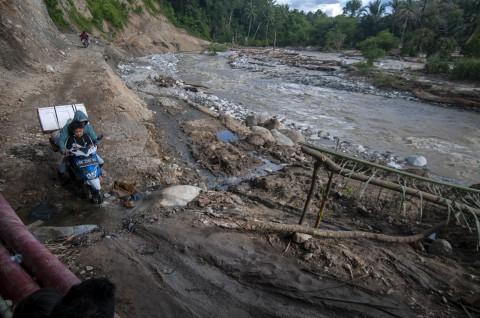 Banjir Memutus Jalan Utama di Sigi