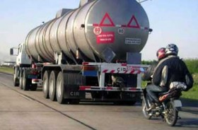 Trik Berkendara Aman di Belakang Truk dan Bus
