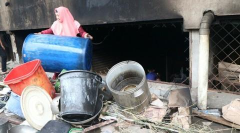 Pedagang Pasar Kosambi Mengais Sisa Kebakaran