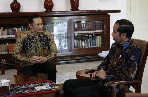 Jokowi Meets AHY at Presidential Palace