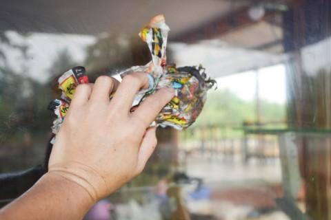 Koran atau Tisu, Mana yang Lebih Efektif Bersihkan Kaca?
