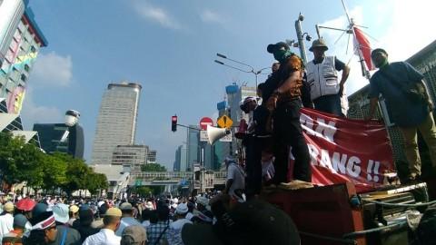 Polisi Sekuat Tenaga Menenangkan Massa