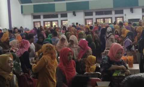 Ribuan Warga Tangerang Serbu Bazar murah