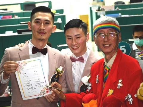 Baru Dilegalkan, Ratusan Pasangan Gay Taiwan Menikah