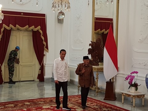 Jokowi Receives Habibie at Merdeka Palace