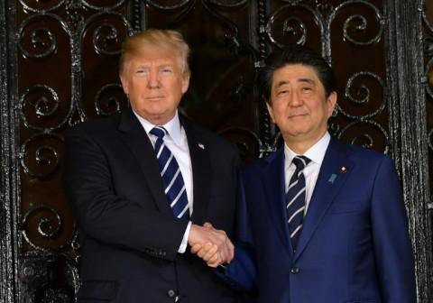 Trump Persembahkan Piala Sumo saat Kunjungan ke Jepang