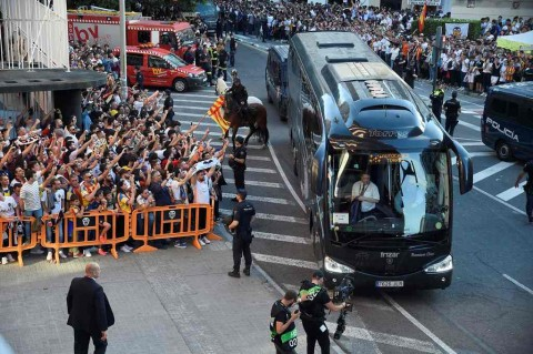 Usai Tundukkan Barcelona, Bus Valencia Kecelakaan