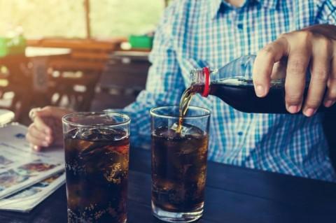 Mengapa Tidak Boleh Makan Burger dengan Soda?