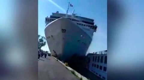 Kapal Pesiar Hilang Kendali, Tabrak Dermaga Venesia