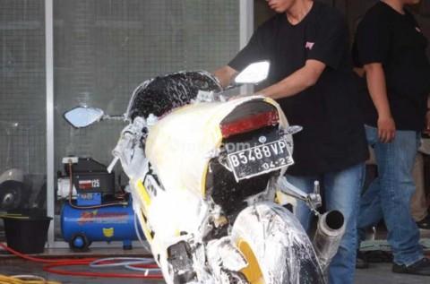 Waspada Risiko Mencuci Sepeda Motor saat Masih Panas