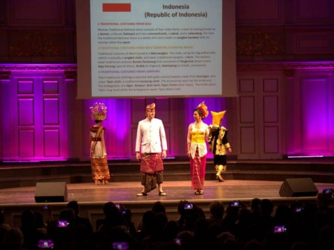 Busana Tradisional Indonesia Pikat Dubes dan Diplomat Swedia