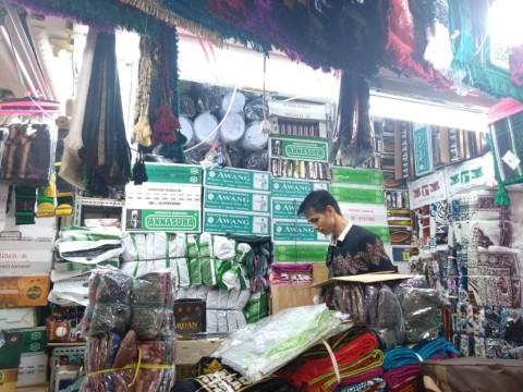 Pedagang Sarung dan Mukena Keluhkan Penurunan Omzet