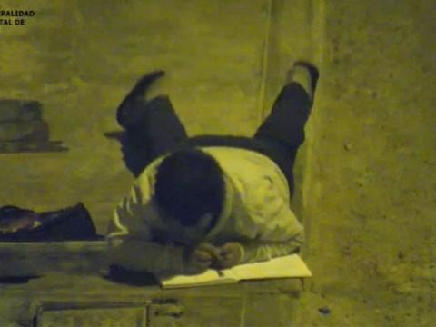 Belajar Diterangi Lampu Jalan, Bocah Peru Dapat Rumah