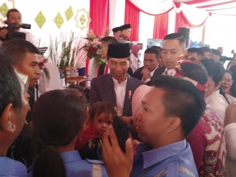 <i>Open House</i> di Istana, Jokowi Datangi Warga untuk Bersalaman