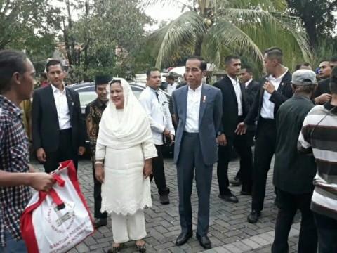 Jokowi Bagikan 4 Ribu Paket Sembako di Solo