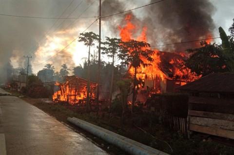 87 Rumah Hangus Akibat Bentrokan Warga di Buton