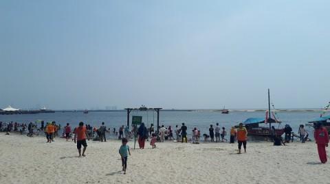 Mengincar Wisata Laut Warga Memadati Pantai Lagoon