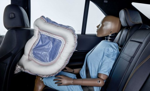 Konsep Airbag untuk Penumpang Belakang dari Mercedes-Benz