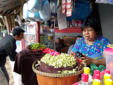 Pedagang Kembang Panen Rp1 Juta per Hari dari Tradisi <i>Nyekar</i>