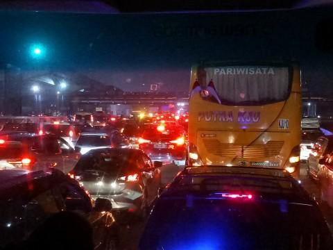 Kendaraan Arus Balik Mengular dari KM 30 sampai Pintu Cikarang Utama