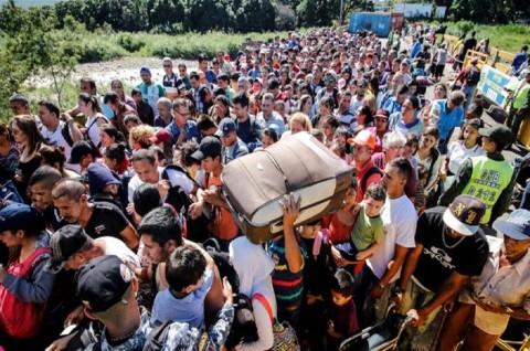 Ribuan Warga Venezuela Menyeberang ke Kolombia