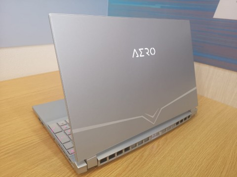 Apa Artinya Stiker X-Rite Pantone di Layar Laptop?