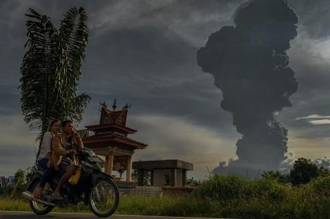Petugas Bersihkan 20 Desa yang Terpapar Debu Sinabung