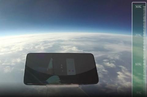 Jatuh dari Ketinggian 31 Ribu Meter, Ponsel Ini Masih Hidup