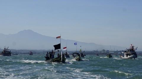 Ratusan Kapal Iringi Tradisi Larungan Kepala Kerbau