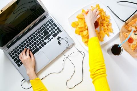 Jurus Menghindari Camilan Tidak Sehat di Kantor
