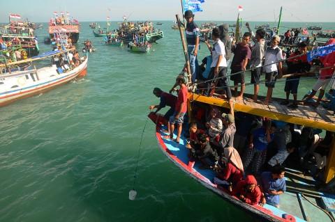 Ratusan Perahu Iringi Tradisi Lomban Ketupat Jepara