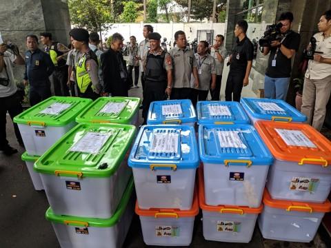 KPU Serahkan 272 Kontainer Alat Bukti ke MK