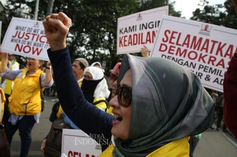 Massa Rompi Kuning Gelar Aksi Damai di Medan Merdeka Barat