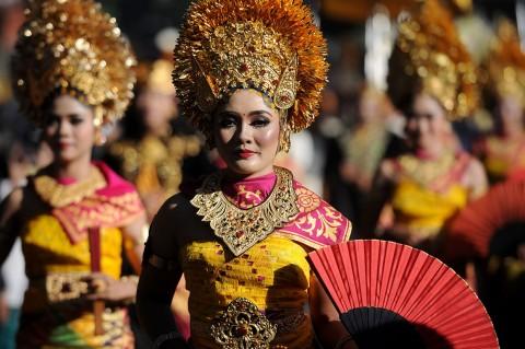 Naik Kendaraan Hias, Jokowi Berpawai di Pesta Kesenian Bali