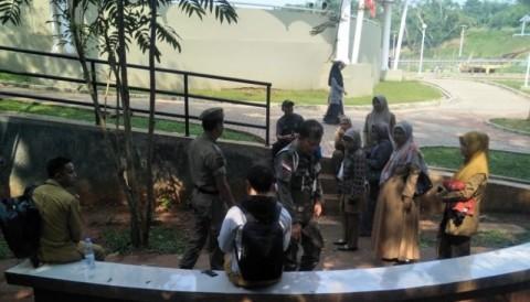 Satpol PP Tangsel Tangkap Pelajar yang Bolos di Taman Kota