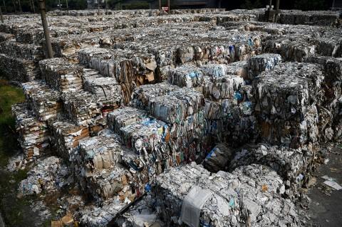 Melihat Tumpukan Sampah Impor di Mojokerto