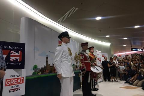 Rayakan HUT Jakarta, Musisi Militer Inggris Tampil di Stasiun MRT