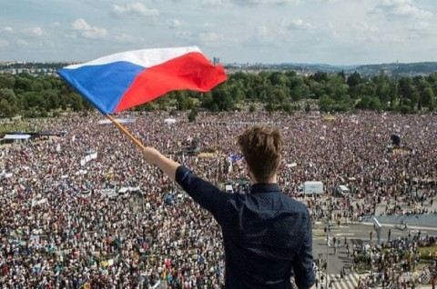 Ratusan Ribu Warga Ceko Desak Mundur PM Babis